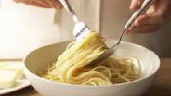 Cuece los espaguetis en una cazuela con abundante agua con una pastilla desmenuzada de Avecrem durante 9 minutos o el tiempo que indique el fabricante. Escúrrelos, mézclalos con la mantequilla para qu