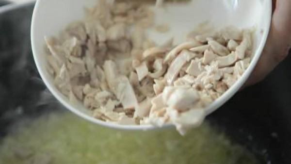 Desmenuzar el pollo retirando las pieles y los huesecillos y picarlo finamente con un cuchillo bien afilado. Calentar cuatro cucharadas de aceite en una sartén con la harina hasta que empiece a tomar