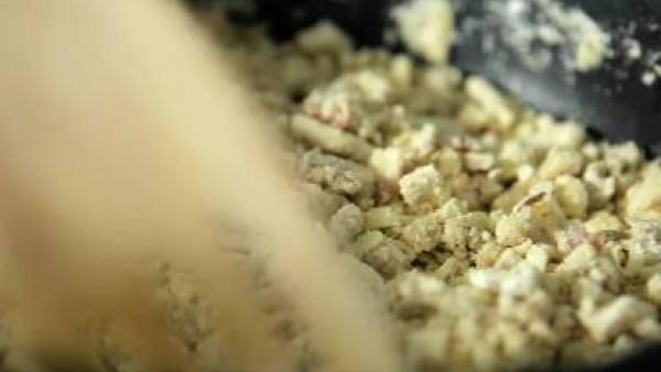 Cuando la harina esté dorada, añadir ½ pastilla de Avecrem Caldo de Pollo desmenuzado y sazonar con una pizca de nuez moscada molida. Añadir la leche en hilo, removiendo con una cuchara de madera para
