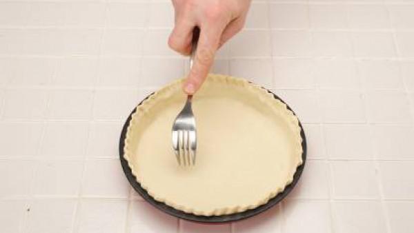 Deja reposar tapada. Forra un molde redondo con la masa y pincha todo el fondo, pon en la nevera unos minutos.