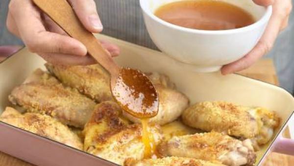 Asa las alitas en una fuente de horno con el aceite durante 35 minutos. Dejamos macerar tapado, al menos 1 hora, en la nevera. Dar un par veces la vuelta a las alitas en este tiempo de maceración. Pre
