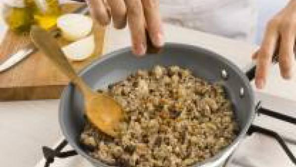 Agrega la miga de pan escurrida, la pastilla de Avecrem Caldo de Pollo desmenuzada y un poco de perejil. Deja cocer durante 5 minutos más.