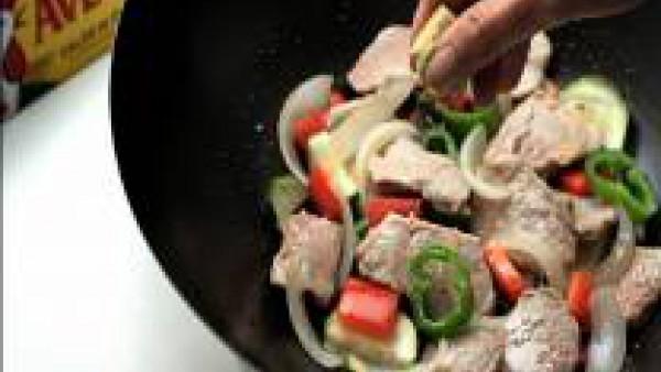 Añade el ajo picado, sazona con Avecrem Carne -30% de Sal desmenuzado y cuécelo todo junto durante 3 minutos.
