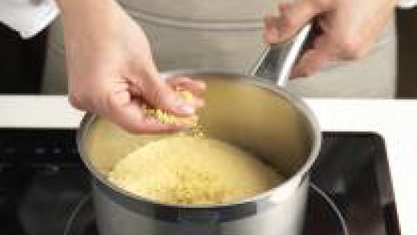 Prepara la sémola añadiéndole dos vasos de agua hirviendo y Avecrem 100% Natural 8 Verduras.