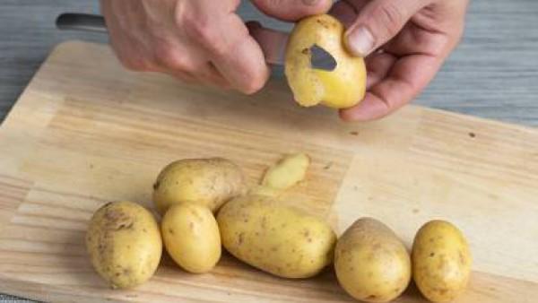Pon una cazuela al fuego con agua con 1 pastilla de Avecrem caldo de Pollo, echa las patatas peladas y cortadas a trozos.Deja que cuezan hasta que estén blandas y suaves.