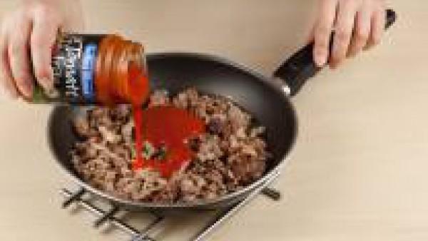 Añade la cucharada de Sofrito de Tomate de Gallina Blanca y deja que se evapore el agua.