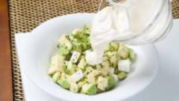 Mezcla la mayonesa con el aceite de oliva virgen y la pastilla de Avecrem desmenuzada. Viértelo en el bol de los aguacates y el queso fresco.