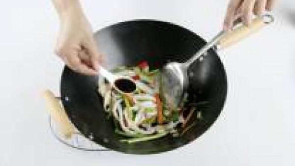Cómo preparar Wok de verduras y calamares - Paso 3