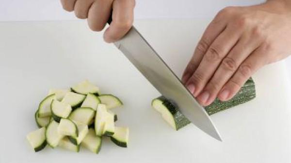 Lava las hortalizas y pélalas todas excepto el calabacín, ya que vamos a cocerlo con su piel. Trocea el calabacín, la cebolla, el puerro y la patata en dados. Sala ligeramente una vez cortadas.
