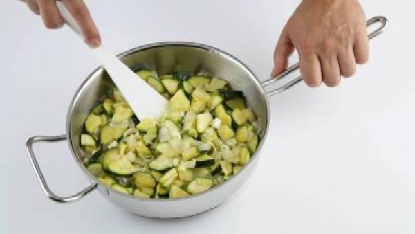 Calienta el aceite en una cazuela y rehoga primero la cebolla y el puerro. Añade la patata y el calabacín y rehoga unos 5 min más. Seguidamente vierte el agua y la pastilla de Avecrem y deja que hierv