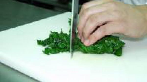 Sumerge las pasas en agua para hidratarlas. Cuando hayan doblado su volumen y estén blandas y jugosas, escúrrelas y resérvalas. Limpia bien las hojas de las espinacas. Lávalas con agua abundante para