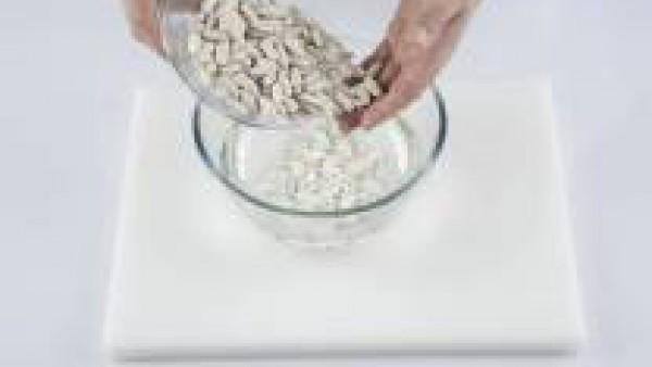 La víspera de preparar el plato, lava bien las fabes y ponlas en remojo con abundante agua fría.