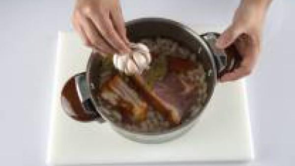 Condimenta con las hojas de laurel, la cabeza de ajos y una pizca de pimentón dulce. Añádele también la pastilla de Avecrem.