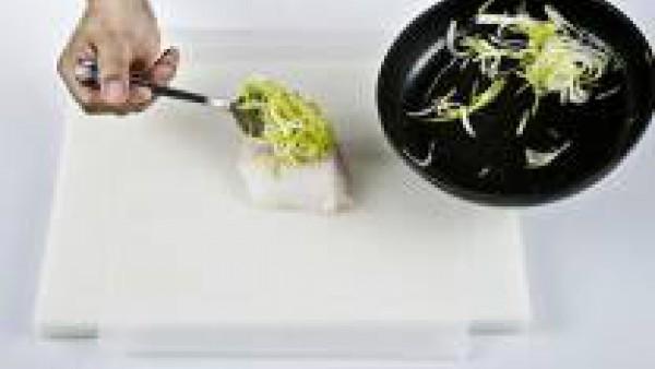 Pon encima de cada trozo de rape una cucharada de las verduras cocidas  y una pizca de sal.