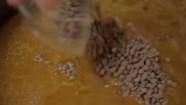 Añade el Caldo Casero con Sofrito para lentejas con Sofrito 100% Natural Gallina Blanca y a continuación, las lentejas.