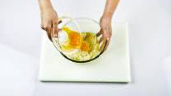 Añade a la bechamel las yemas de huevo y mezcla bien.