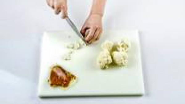 Lava y corta la coliflor en trozos regulares. Pon a hervir el Caldo Casero de Verduras 100% Natural Gallina Blanca. Hierve la coliflor hasta que esté tierna.