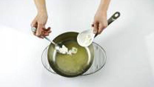 Derrite la mantequilla en una cacerola. Añade la harina y cocínala 1 minuto.