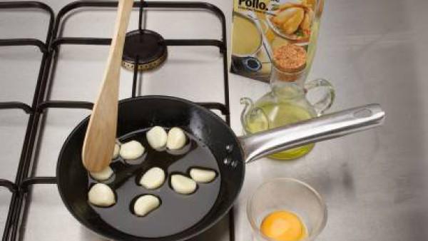 Corta el bacalao en trozos de 200 g. Fríe los ajos chafados con la piel y el bacalao en este aceite por los dos lados.