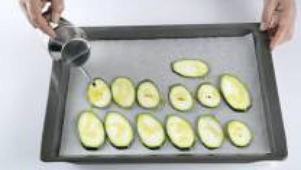 Extiende el calabacín en una bandeja de horno