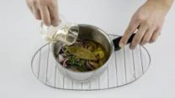 Pon en una cazuela dos ramas de romero, dos hojas de laurel y los ajos junto con la cebolla. Añade el aceite de oliva, 1/2 pastilla de Avecrem Caldo de Pollo y deja cocer la cebolla, hasta que nos que