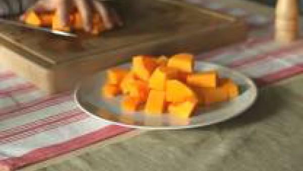 Lava y pela las hortalizas. Trocea la calabaza y las patatas en dados gruesos y corta la cebolla en juliana. Vierte el aceite de oliva en una cazuela grande y sofríe las verduras hasta que estén dorad