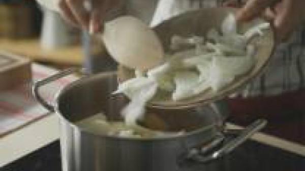 Mientras se cuecen las hortalizas, funde la mantequilla a fuego lento en una sartén y saltea el pan de molde cortado en dados hasta que estén dorados y crujientes.