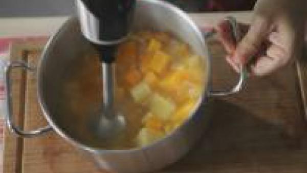 Tritura el cocido con ayuda de una batidora hasta obtener una crema de textura muy fina.