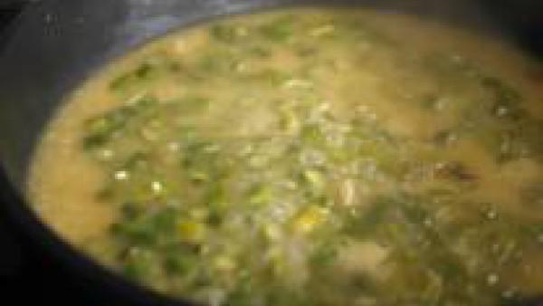 Vierte en la cazuela dos cucharones de Caldo Casero de Verduras 100% Natural Gallina Blanca y una pizca de sal y remueve. En total, el arroz deberá cocer durante cerca de 20 minutos a fuego medio, ver