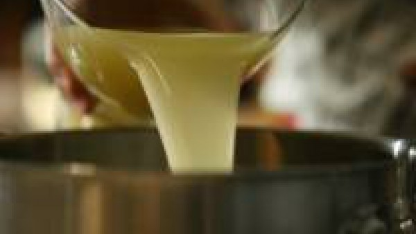 Calienta el Caldo Casero de Verduras 100% Natural Gallina Blanca en un cazo y manténlo a punto de ebullición.