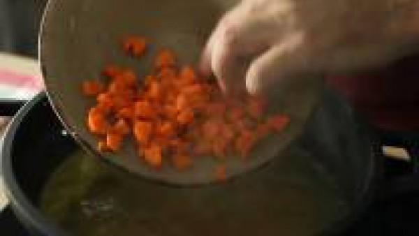 Pon a hervir por separado la zanahoria, la judía verde y los guisantes durante 5 minutos cada uno en el Caldo Casero de Verduras 100% Natural Gallina Blanca. Una vez cocidos, enfríalos bajo un chorro