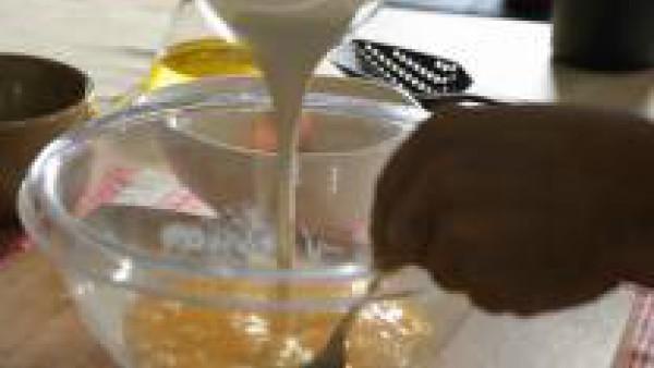 Bate los huevos, añade la nata, y sazona con sal y pimienta. Incorpora las verduras cocidas. Coloca la mezcla en un molde de silicona alargado y cuece en el horno precalentado a 160 ºC durante 45 minu