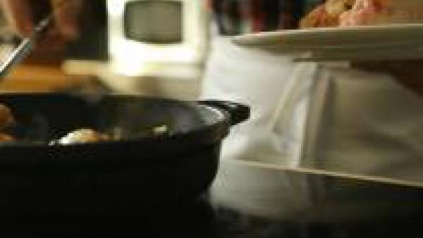 Añade los muslos de pollo, la leche, el curry y el Caldo Casero de Pollo 100% Natural Gallina Blanca. Deja cocer durante una hora a fuego lento, removiendo de vez en cuando.