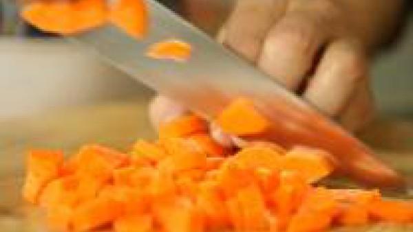Dora los trozos de  pollo en una sartén, con dos cucharadas de aceite, sal y pimienta. Mientras, lava y limpia las hortalizas. Retira el pollo y resérvalo, escurriendo el exceso de grasa.