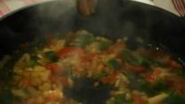 Sofríe las hortalizas en una sartén con el aceite de oliva.