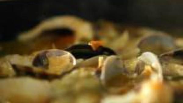 Añade las almejas, el bacalao y los andrajos. Agrega también la hierbabuena, rectifica de sal si es necesario, teniendo en cuenta que el bacalao ya es salado, y añade pimienta al gusto. Deja cocer 5 m