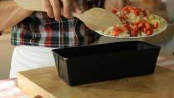 Lava, pela y corta las frutas en dados de 0,5 cm de lado. Dispón una base de gelatina de naranja en un molde. Agrégale unas frutas y deja que el conjunto adquiera consistencia en el frigorífico. No po