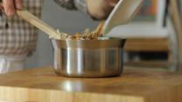 Prepara el relleno: pon un cazo a calentar a fuego muy lento. Derrite en él la mantequilla y agrégale la harina, y deja cocer el roux durante 5 min.