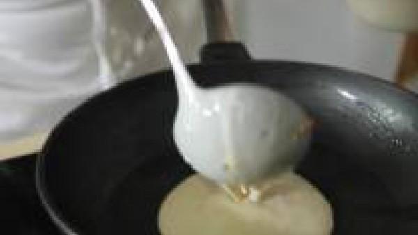Moja el roux con la leche y la nata y el contenido del sobre de Crema de Champiñones Gallina Blanca. Sube un poco la intensidad del fuego y deja que el conjunto cuaje. Retira el recipiente del fuego.