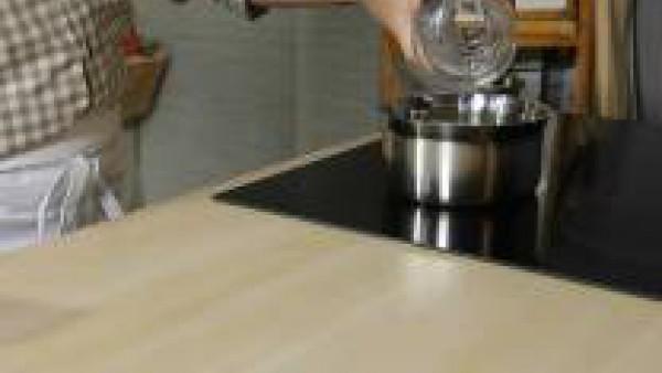 Primero prepara el caramelo poniendo a cocer el azúcar en un cazo a fuego lento con el agua y el zumo de limón. El ácido sirve para que el azúcar no cristalice.  Cuando se dore y comience a dejar de s