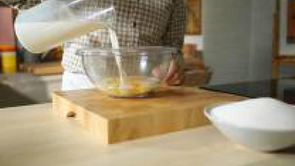 Con ayuda de la batidora, tritura los huevos junto con la leche y el azúcar.