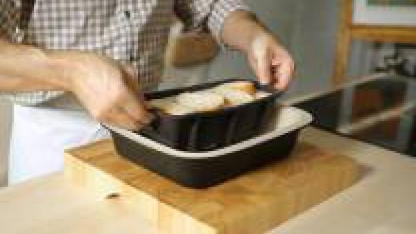 Para cocer al baño María, dispón el molde con el pan sobre una bandeja de horno de bordes altos. Con mucho cuidado, introdúcela en el horno y llénala hasta el borde con el agua hirviendo, procurando q