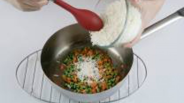 Añade el arroz, deja cocer 1 minuto, salpimiéntalo y sírvelo en boles aún caliente.
