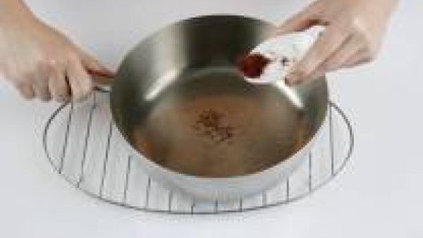 En un cazo echa 2 cucharadas de aceite de oliva