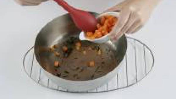 Añade la zanahoria y los guisantes cocidos, sofríelos 1 minuto.
