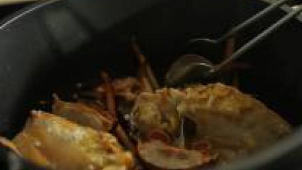 En una cazuela con el aceite, fríe los medallones de langosta y los trozos de cabeza. Retíralos cuando se doren y resérvalos para más tarde. Pon en la cazuela el Sofrito de Tomate y Verduras Gallina B