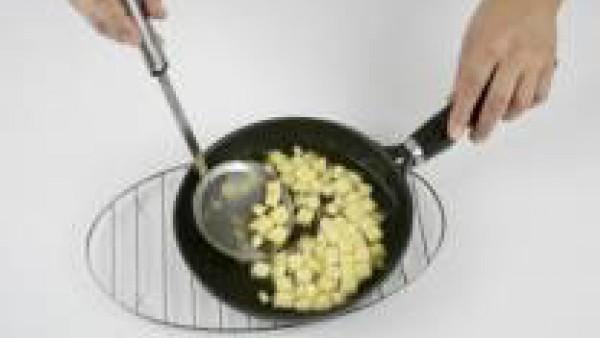 Pela y corta las patatas a dados y fríelas en una sartén con aceite bien caliente para que se doren. Escúrrelas y añádelas al guiso. Sazona al gusto.