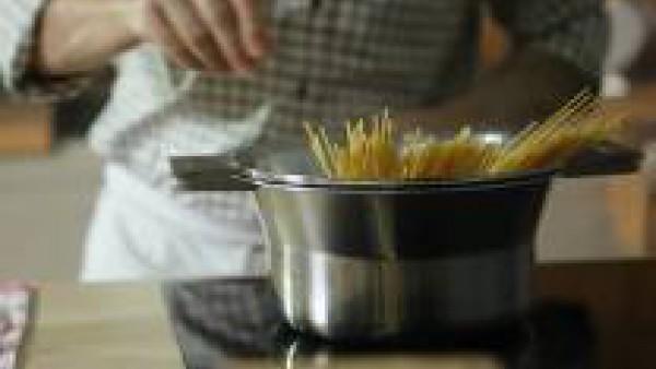 Hierve los espaguetis con agua abundante y sal. Una vez hervidos, escúrrelos y ponles la mantequilla antes de que se enfríen, para que no se peguen.