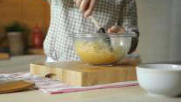En un bol, echa los huevos sin cáscara y batidos y añade los espaguetis, el queso parmesano rallado, la sal, la pimienta y la cucharada de Avecrem Ajo y Perejil Granulado. Remueve hasta que quede una