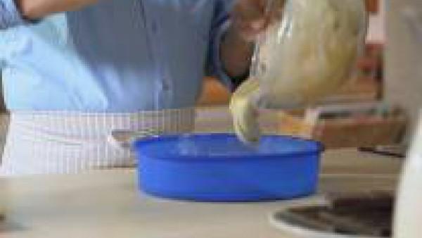 Pon la masa en un molde redondo, untado con mantequilla y harina previamente. Cuece el bizcocho a 180 ºC durante 30 min. Pincha el bizcocho con la punta de un cuchillo y, si sale limpia, es que está c